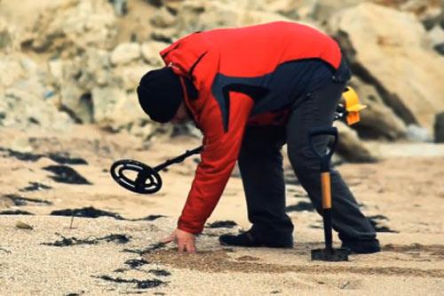 Пляжный поиск с металлоискателем