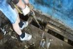 Поиски монет с металлоискателем в брошенном здании