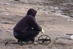 Поиски с металлоискателем на пляже